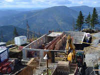 Stavbaři řeší dopravu obřího zásobníku vody na vrchol Lysé hory