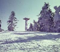 Pohled na stožár ze sjezdovky na Jihu.