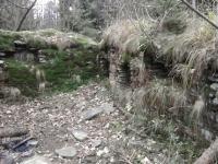 Polorozpadlá, původní stavba stavení na cestě od Čertova mlýna do sedla pod Kněhyní, postavena pouze z plochých pískovcových kamenů.