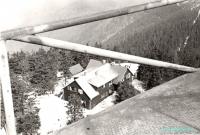 Původní signalizační věž a pohled s ní na chatu TJ VP F-M.