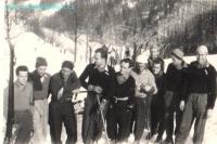 Skupina závodníku z Lysé hory na závodech na Kozubové.